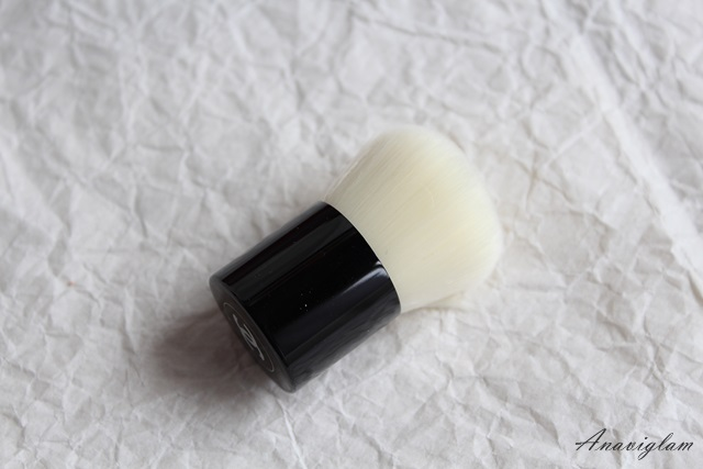 Chanel Vitalumiere Loose Powder Foundation with mini Kabuki brush close up