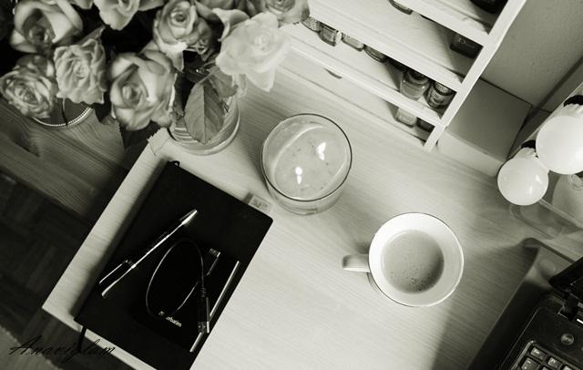 7 na mom uredskom stolu kava cvijeće rokovnik mirisna svijeća