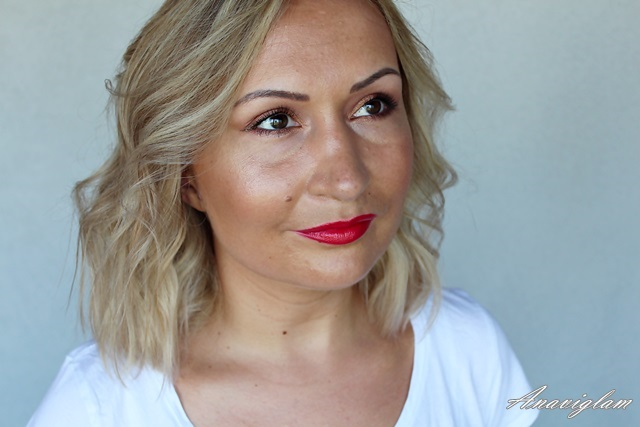 Giorgio Armani Beauty 402 Red lipstick on lips