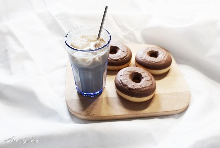 krafne i bijela kava